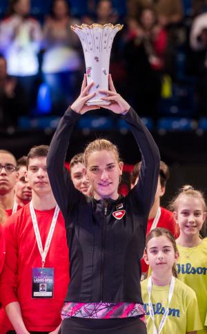 Babos Tímea a budapesti WTA torna trófeájával.